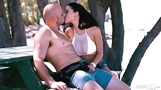 WOW babe Victoria Vice gives a blowjob at bottom the beach and gets fucked nigh the hotel room